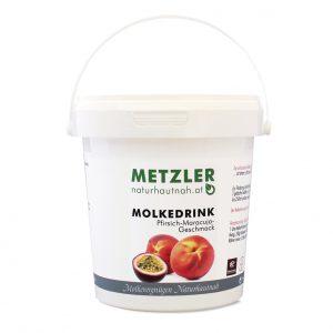 Süßmolkepulver aromatisiert mit Pfirsich-Maracuja-Geschmack mit Süßungsmittel Der erfrischende Molkedrink vom Bauern aus dem Bregenzerwald ist fettarm, stillt den Durst, belebt und macht fit. Zur Förderung des Wohlbefindens, zum Frühstück, zur Jause oder als Durstlöscher: 2 gehäufte Teelöffel (ca. 20 g) ins Glas geben und mit kaltem oder warmem Wasser (ca. 250 ml) anrühren. Geeignet sind auch Tee und beliebige Säfte ohne Kohlensäure. Der Molkedrink eignet sich bestens für einen Molke-Fasttag (2-3 Liter)